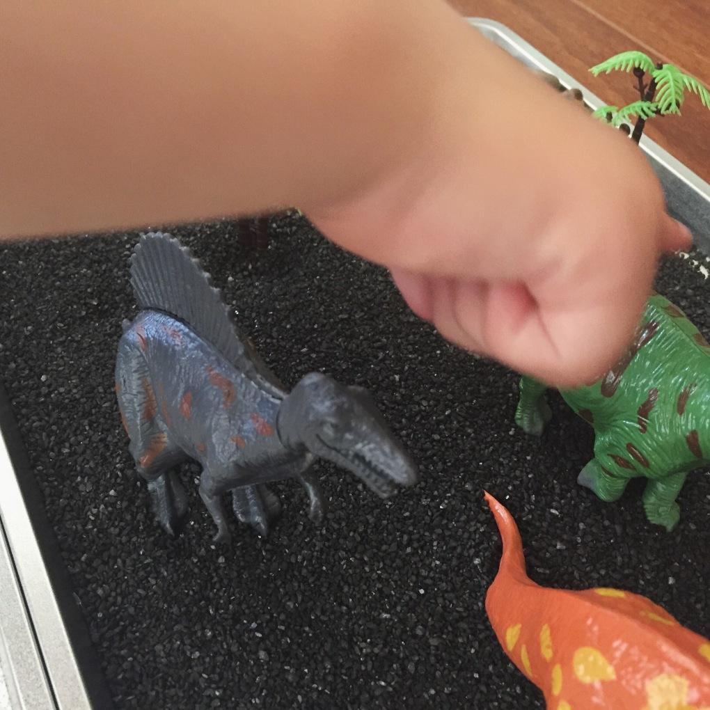 Bandeja sensorial de dinosaurios